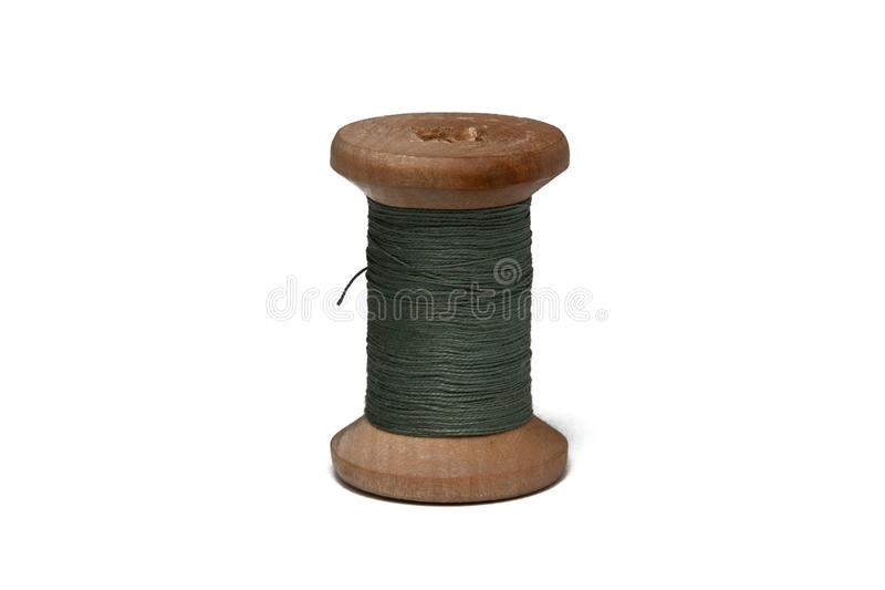 Bobina de madeira com linha de costura imagens de stock royalty free