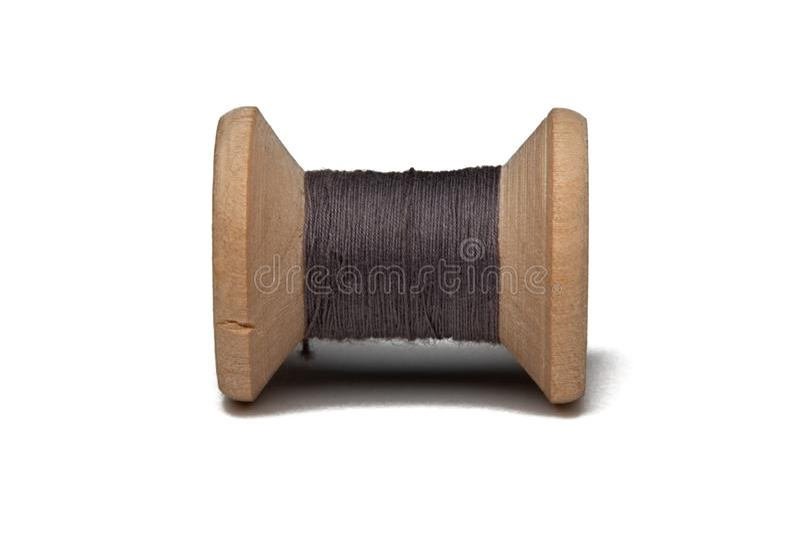 Bobina de madeira com linha de costura fotografia de stock royalty free