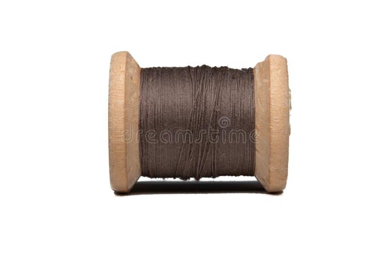 Bobina de madeira com linha de costura fotos de stock royalty free