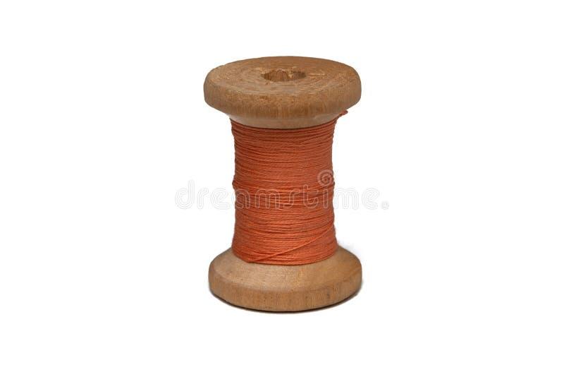 Bobina de madeira com linha de costura imagens de stock