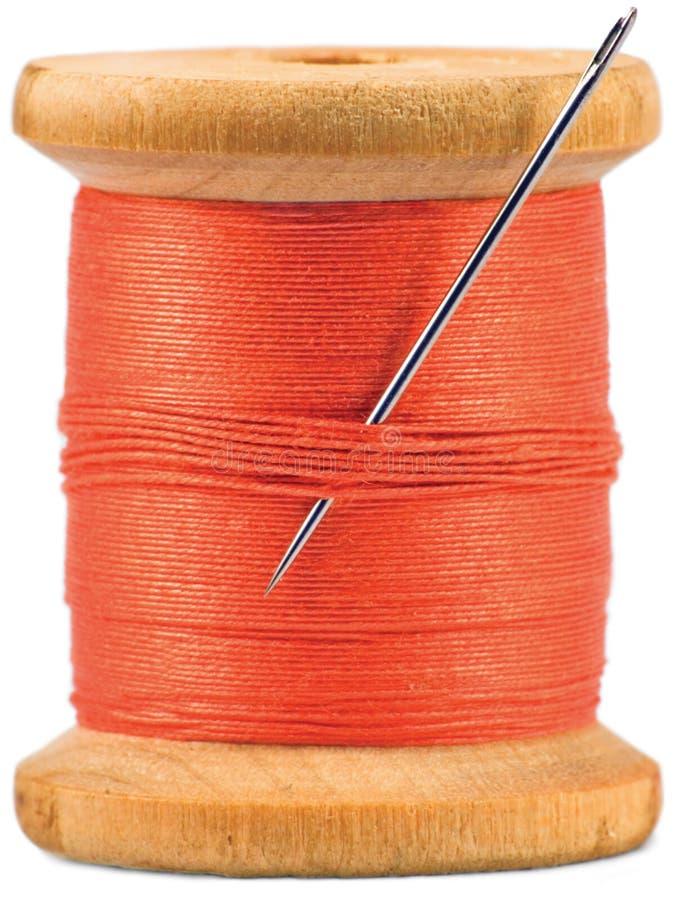 Bobina de madeira velha com a linha vermelha isolada fotografia de stock
