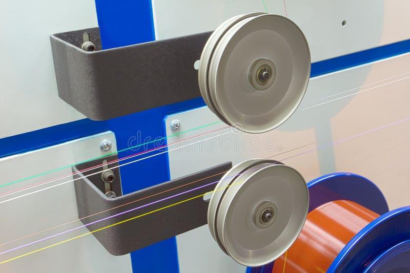 Bobina del alambre de metal con la fibra óptica en el aislante coloreado fotografía de archivo