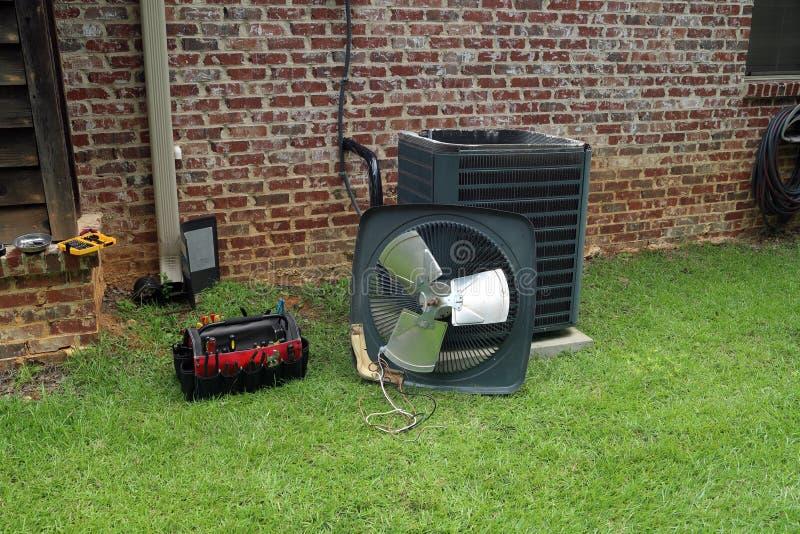 Bobina del condensador del acondicionador de aire con las herramientas que son reparadas imagen de archivo libre de regalías
