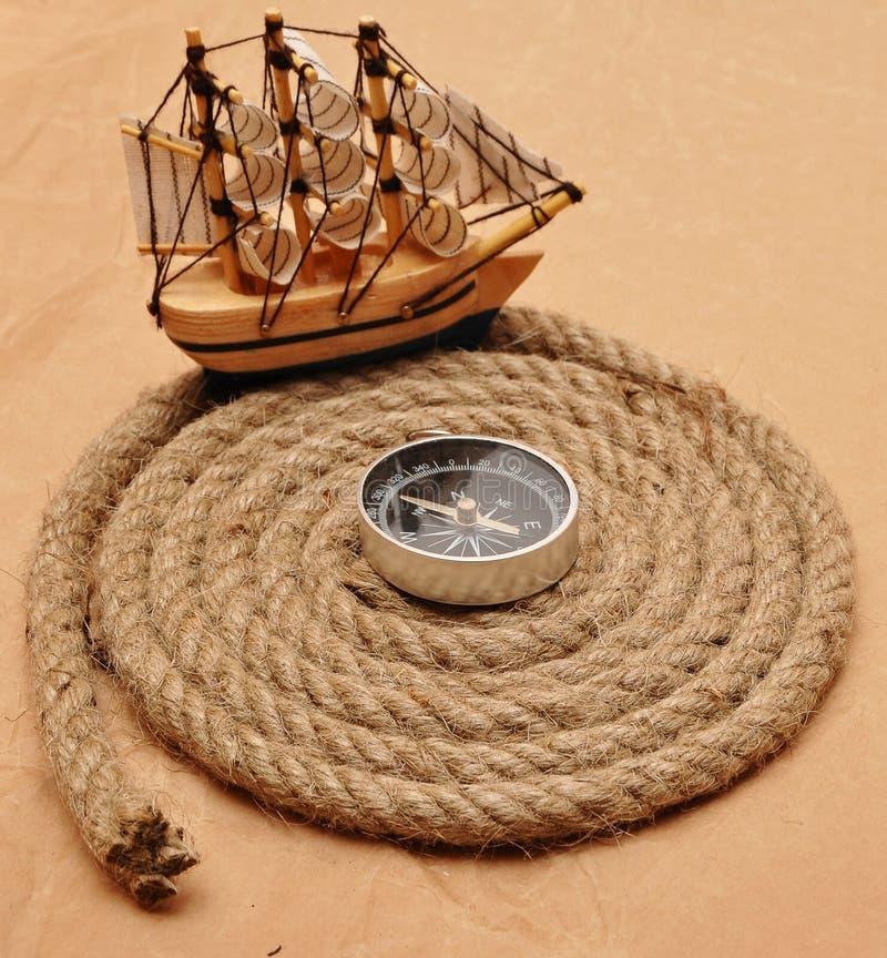 Bobina della corda con la bussola fotografie stock libere da diritti