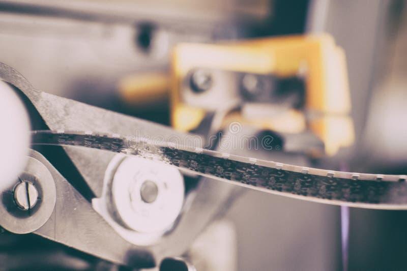 Bobina di film eccellente da 8 millimetri in proiettore, simbolo di film immagine stock libera da diritti