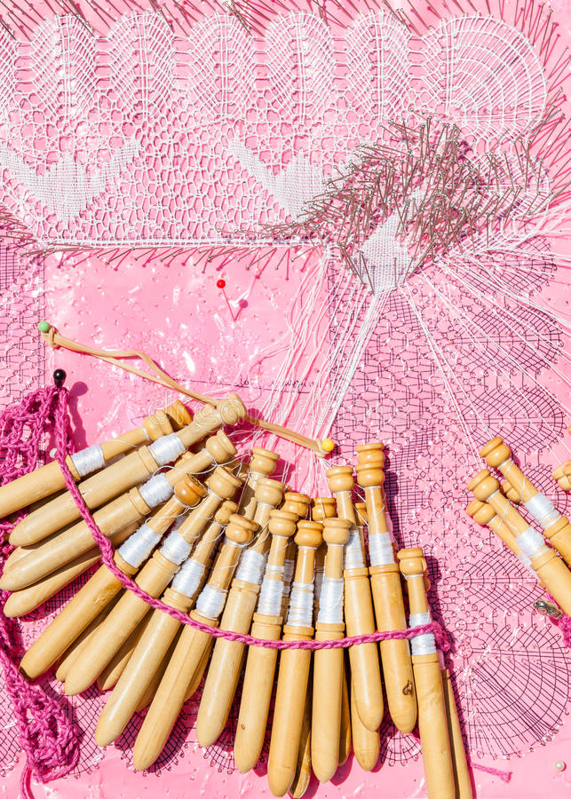 Bobina do laço no close-up com fundo cor-de-rosa foto de stock