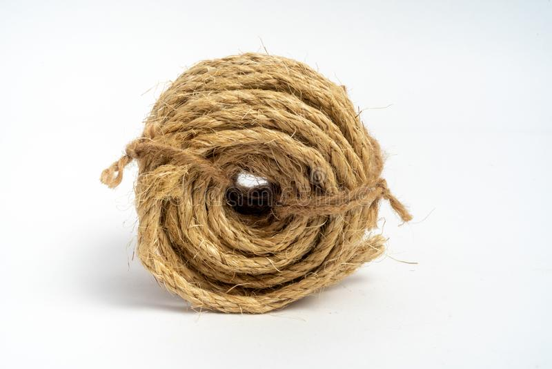 Bobina do sisal da corda da fibra pequeno no fundo branco isolado fotos de stock