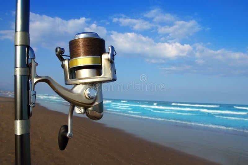 Bobina ed asta di filatura surfcasting di pesca della spiaggia fotografia stock libera da diritti