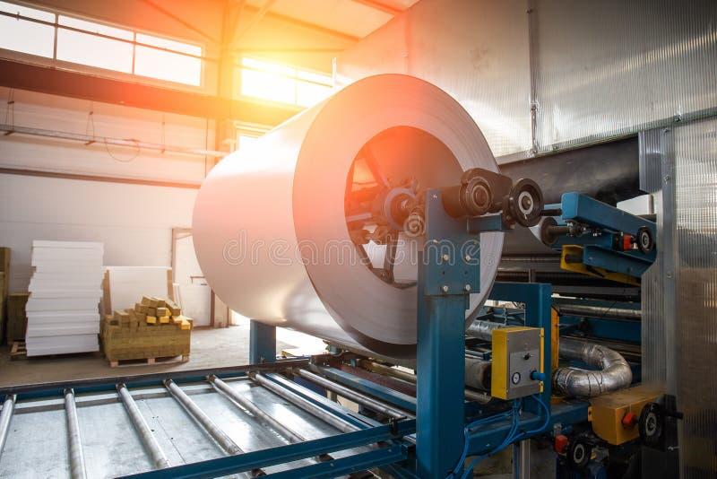 Bobina galvanizada industrial do rolo de aço para a máquina da formação de folha de metal na oficina da fábrica do trabajo em met fotos de stock royalty free