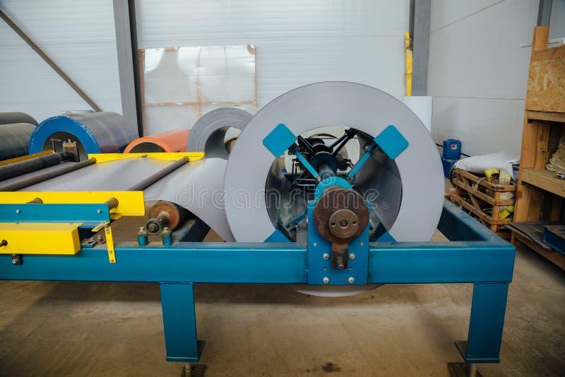 Bobina industrial da folha de metal para a máquina da formação de folha de metal na oficina fotografia de stock