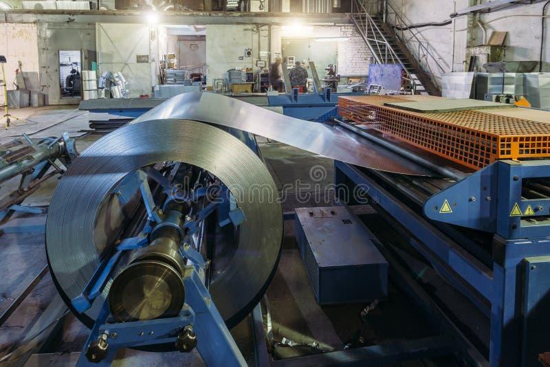 Bobina industrial da folha de metal para a máquina da formação de folha de metal na oficina imagens de stock