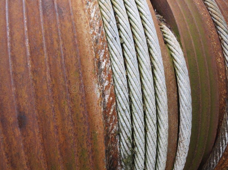 Bobina o carrete oxidada con un cable de acero foto de archivo libre de regalías