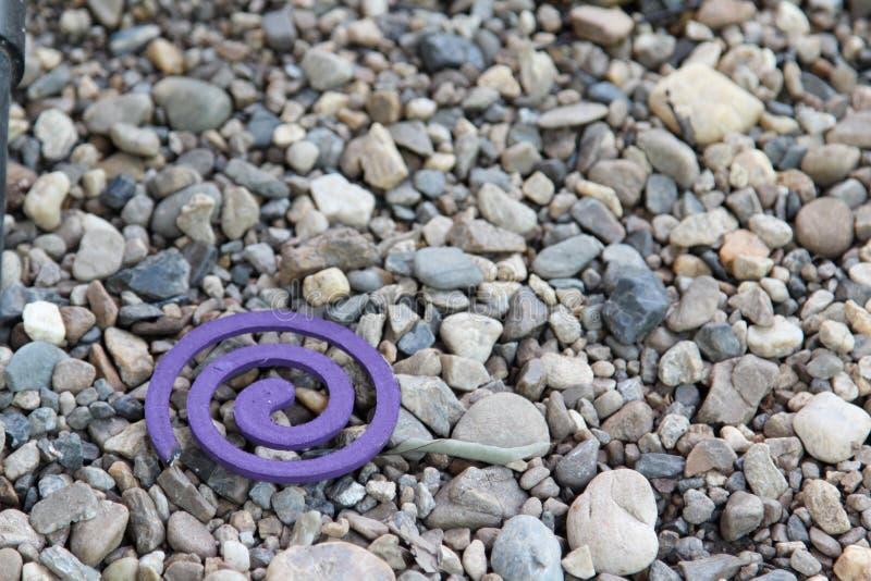 Bobina viola della zanzara sul pavimento della ghiaia immagini stock libere da diritti