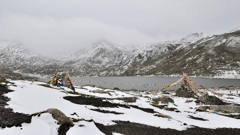 Bobinadores de cintas en modo continuo y lago de Sutra debajo de la montaña de la nieve fotografía de archivo libre de regalías