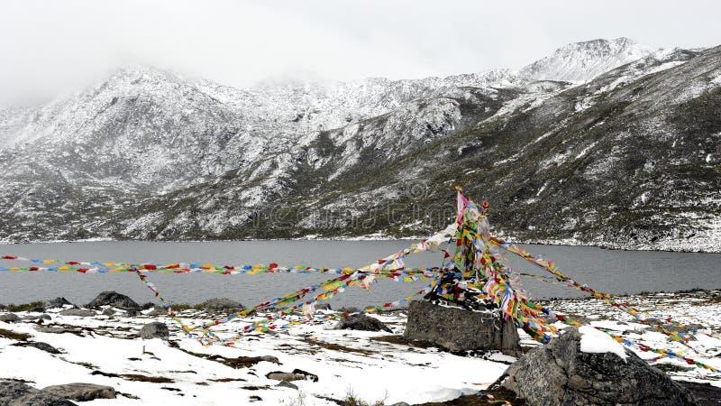 Bobinadores de cintas en modo continuo y lago de Sutra debajo de la montaña de la nieve imagenes de archivo