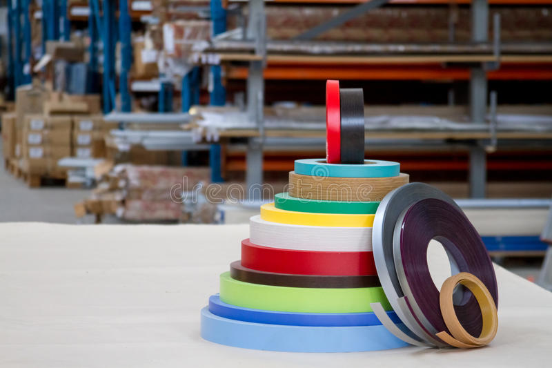Bobinas coloridos da borda e da melanina do PVC para a fabricação de mobília Pirâmide da mentira fotografia de stock royalty free