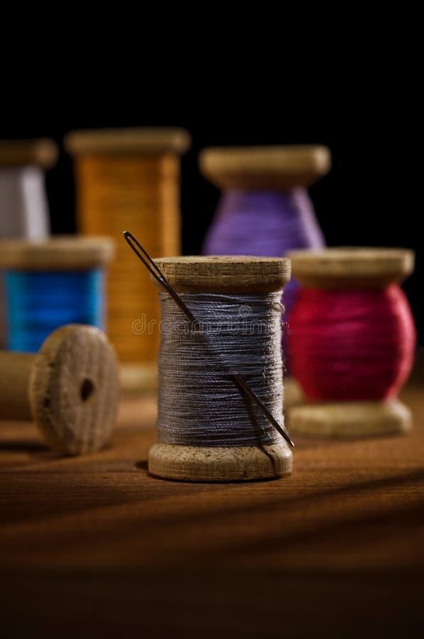 Bobinas con las pisadas de costura fotografía de archivo libre de regalías