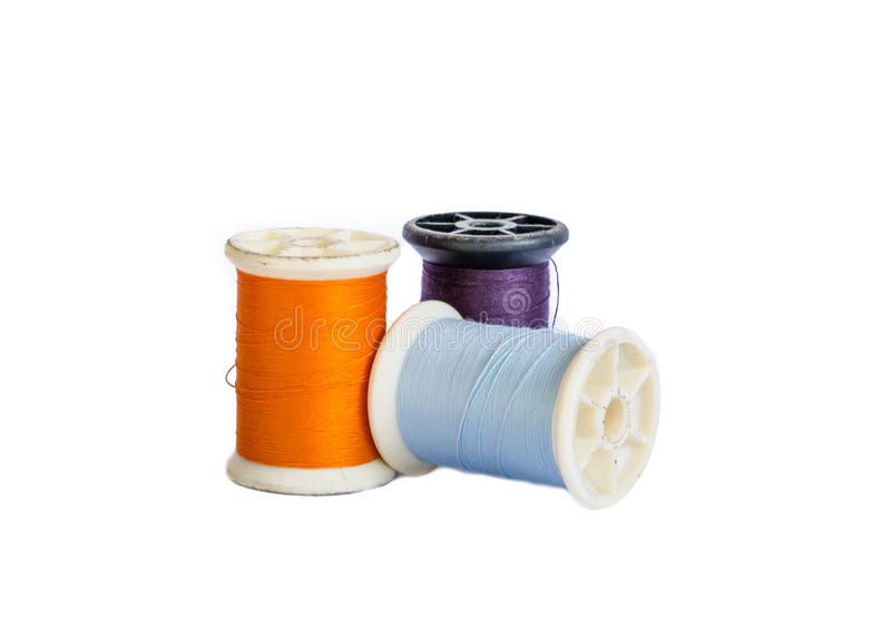 Bobinas da linha do algodão isoladas no branco fotografia de stock