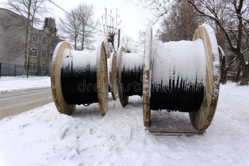 Bobinas de madera vacías grandes los nuevos tambores de cable en el área industrial outdoors imagenes de archivo