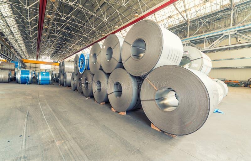 Bobinas del acero dentro de una fábrica fotografía de archivo libre de regalías