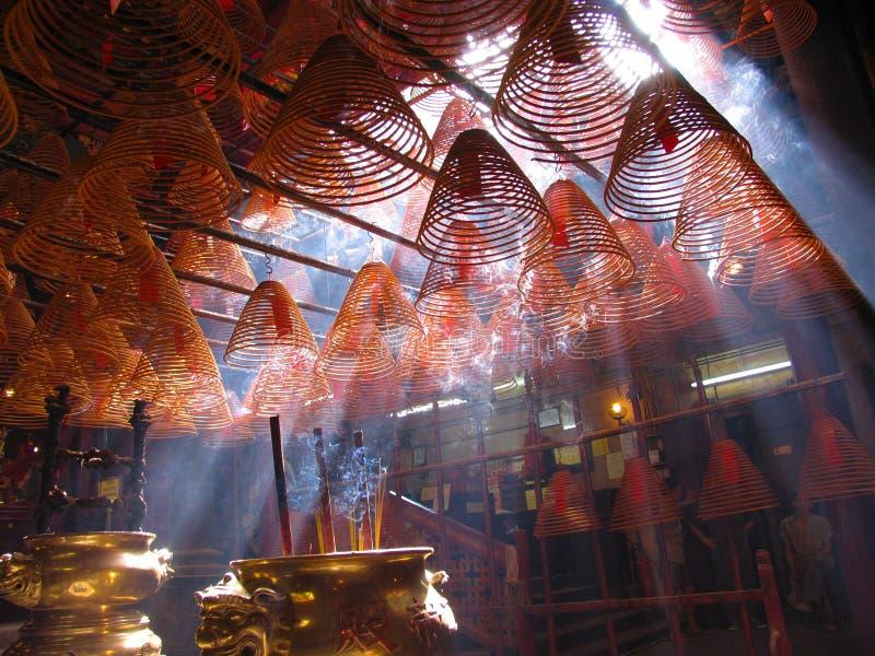 Bobinas del incienso en templo del MES del hombre. Hong-Kong. imagenes de archivo