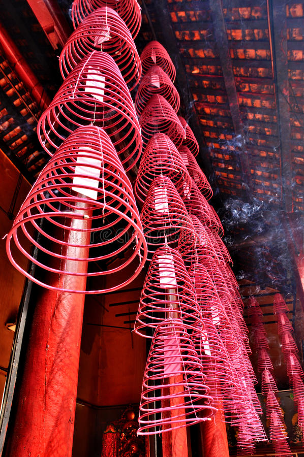 Bobinas do incenso no templo de Guandi foto de stock