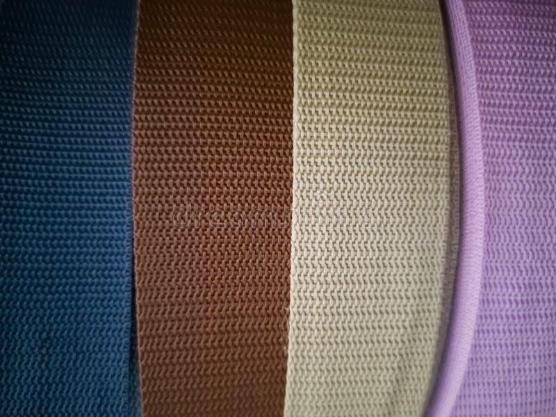 Bobine con i nastri dei colori differenti per cucito immagine stock