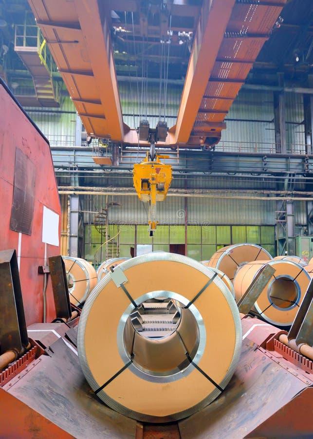 Bobine d'acciaio nel negozio di produzione della pianta fotografia stock