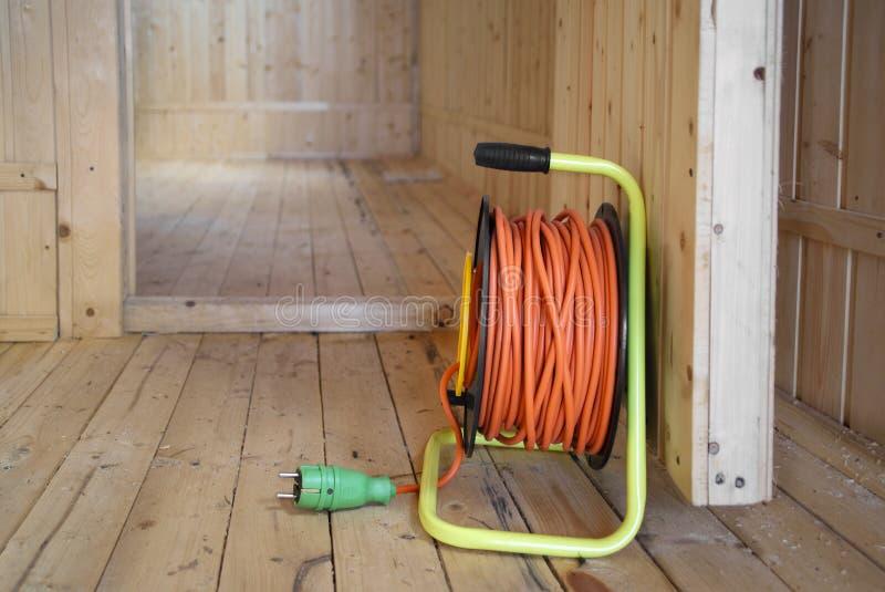 Bobine d'extension de câble électrique dans le roon vide photographie stock libre de droits