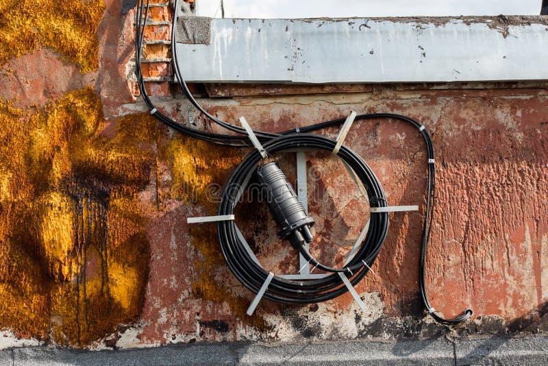 Bobine de long fil noir sur le toit d'une maison quelque part en Russie photographie stock libre de droits