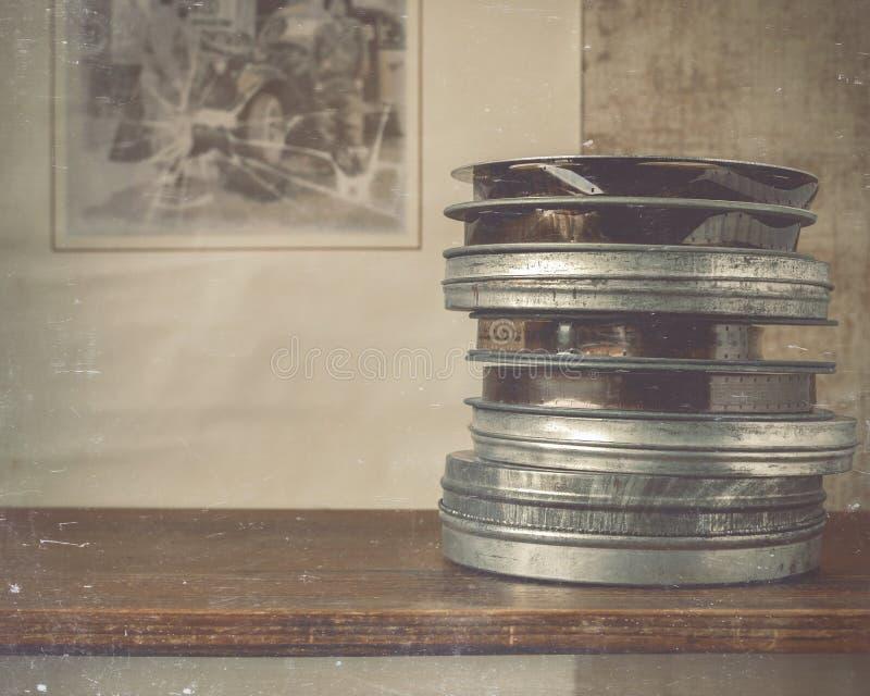 Bobine della bugia del film sullo scaffale immagine stock libera da diritti