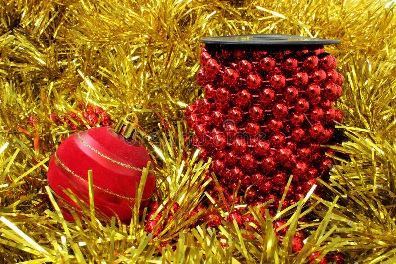 Bobine des perles rouges et d'une boule rouge photographie stock libre de droits