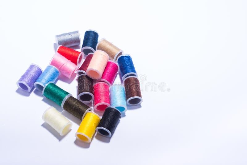 Bobine di plastica del filato di Colorfull su fondo bianco immagine stock
