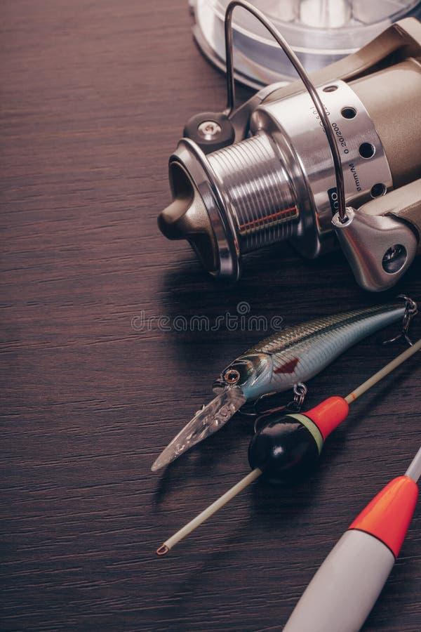 Bobine et flotteurs pour une canne à pêche photo stock
