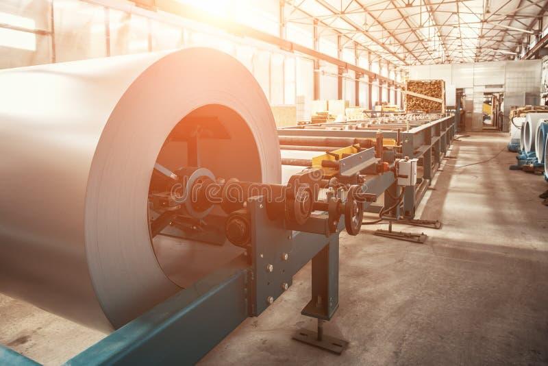 Bobine galvanisée industrielle de petit pain en acier pour le feuillard formant la machine dans l'atelier d'usine de métal ouvré images stock