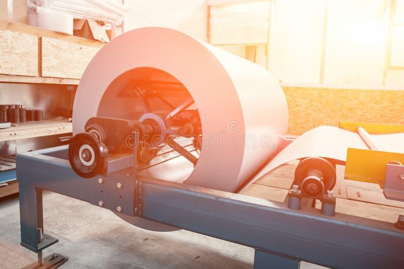 Bobine galvanisée industrielle de petit pain en acier pour le feuillard formant la machine dans l'atelier d'usine de métal ouvré, images libres de droits