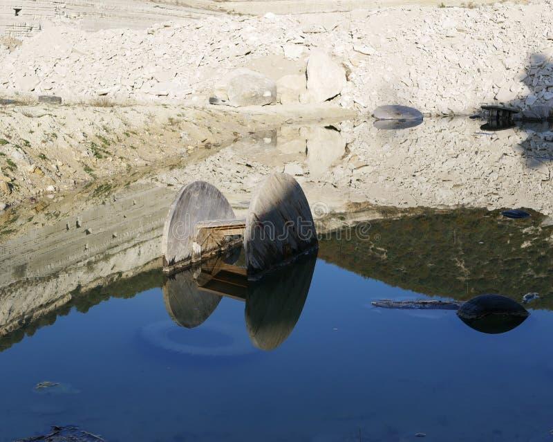 Bobine pour le câble dans l'eau photographie stock libre de droits