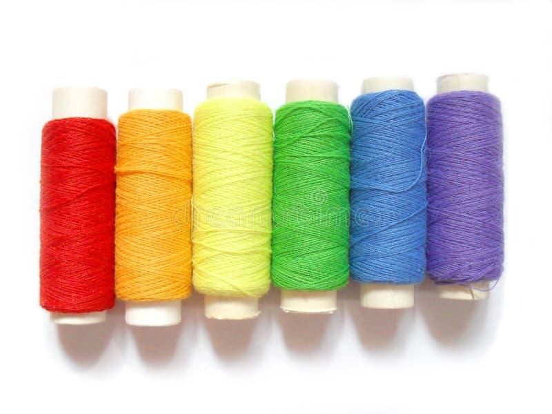 Bobine variopinte isolate su fondo bianco, colori dell'arcobaleno immagini stock