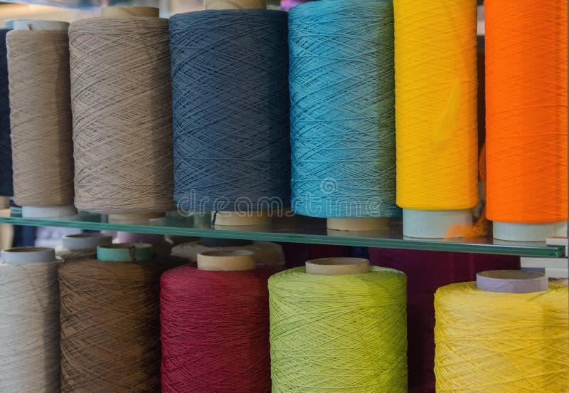 Bobines avec les fils multicolores pour la couture photos stock