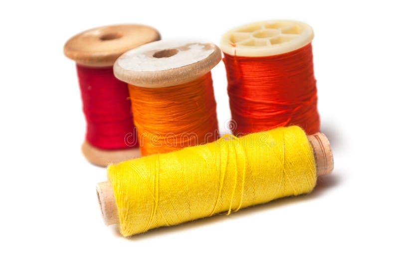 Bobines colorées de bobine de fil de couture sur le fond blanc photo stock