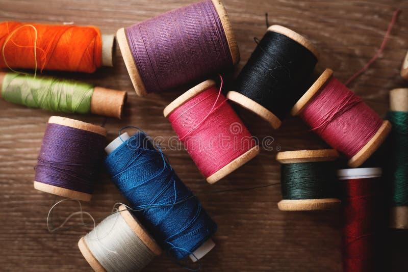 Bobines colorées de fil photographie stock