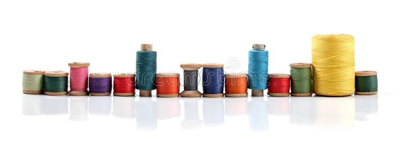 Bobines colorées de fil d'isolement sur le blanc photographie stock