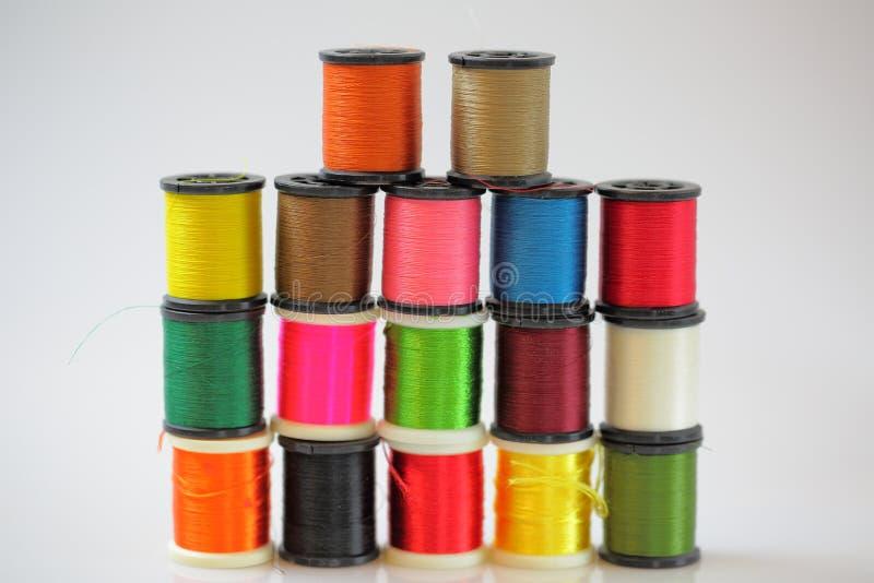 Bobines colorées de vue de plan rapproché de fil d'isolement Milieux de passe-temps Concept de couture d'approvisionnements image stock