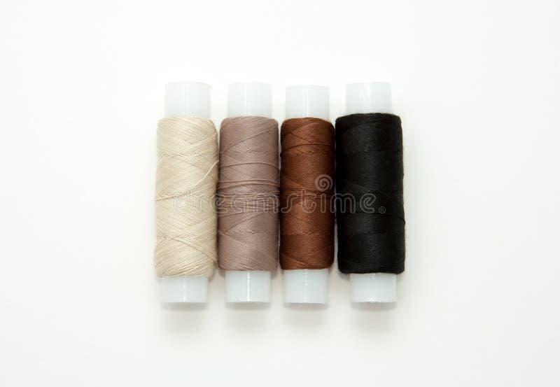 Bobines color?es ?tendues plates de fil de coton, fil de broderie, blanc, brun, noir, bobines, moquerie, vue sup?rieure Maquette  photographie stock