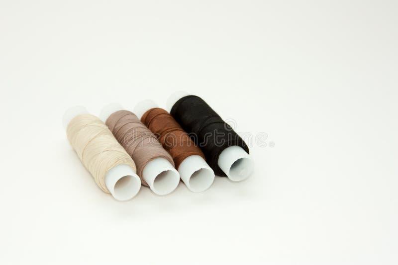 Bobines color?es ?tendues plates de fil de coton, fil de broderie, blanc, brun, noir, bobines, moquerie, vue sup?rieure Maquette  photo stock