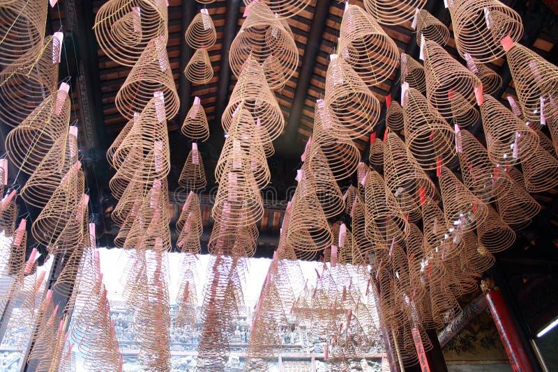 Bobines d'encens dans le temple chinois image stock