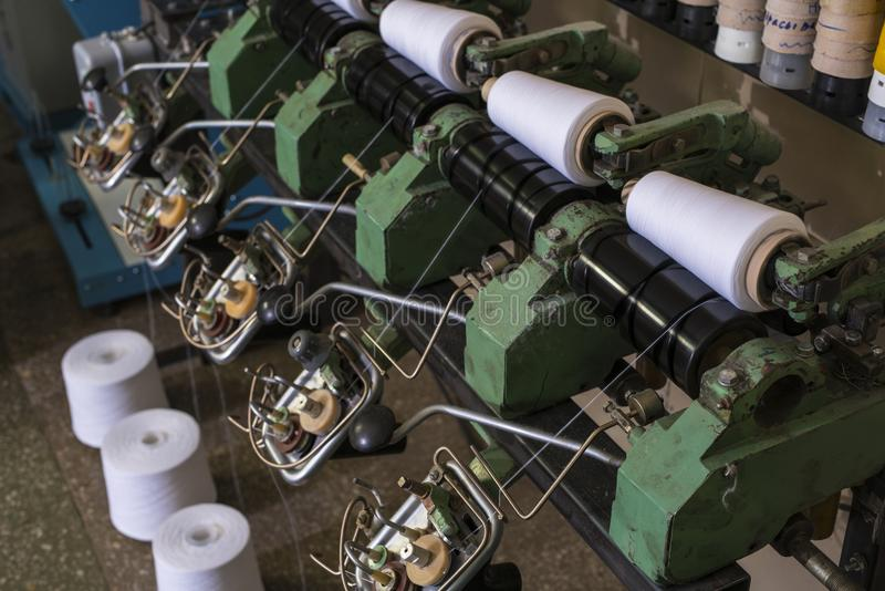 Bobines de fil à la vue de machine de rebobinage photographie stock libre de droits