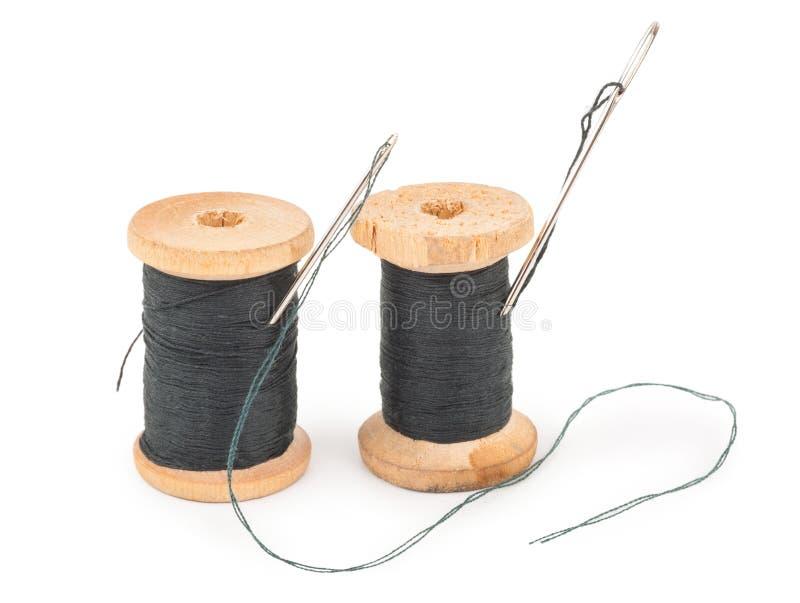 Bobines de fil avec l'aiguille photographie stock libre de droits