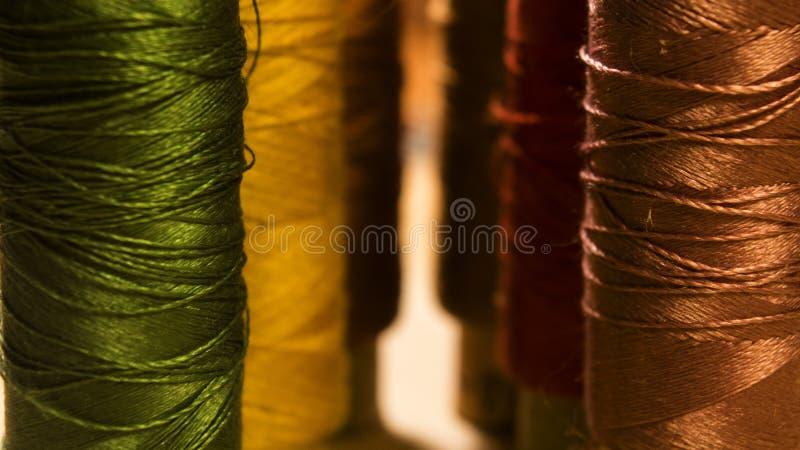 Bobines de fil de couture plan rapproché photos libres de droits