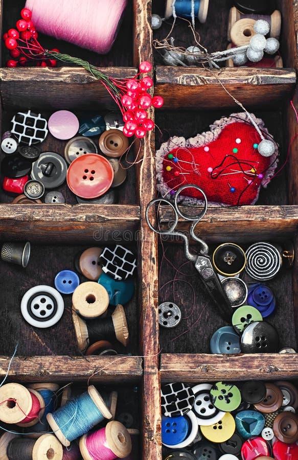 Bobines de fil et de boutons images libres de droits